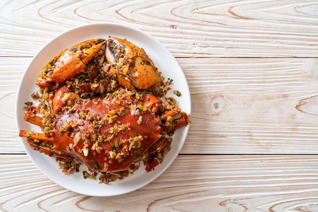Wymieszaj smażonego kraba z pikantną solą i pieprzem. styl owoców morza