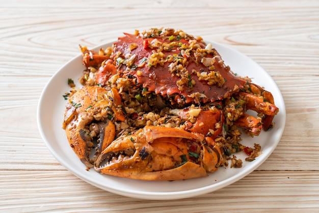 Wymieszaj smażonego kraba z pikantną solą i pieprzem