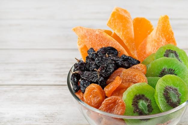 Wymieszaj suszone owoce na białym tle.