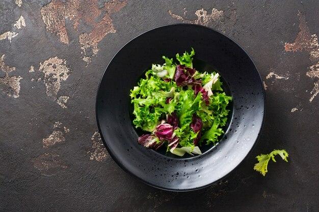 Wymieszaj świeże liście rukoli, sałaty, szpinaku, buraków na sałatkę
