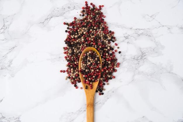 Wymieszaj ziarna pieprzu w drewnianej łyżce