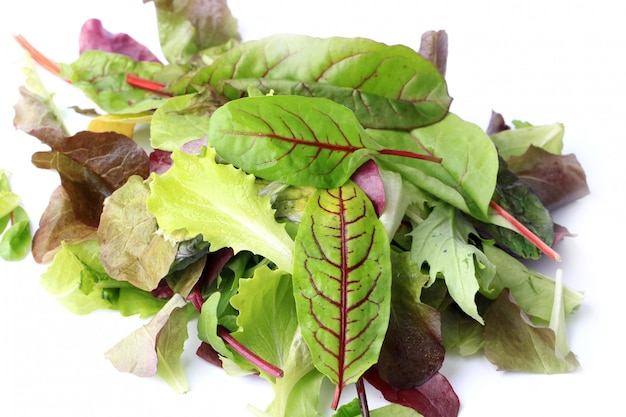 Wymieszaj zieloną sałatkę na białym tle na białym tle eco organiczny zdrowy styl życia