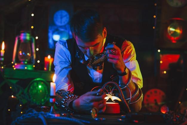 Wynalazca w steampunkowym garniturze naprawia mechanizm. zegarmistrz z narzędziami i lupą działa