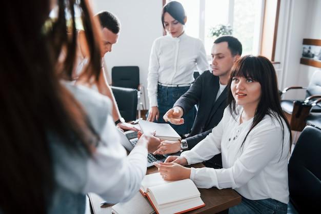 Wyniki testów. ludzie biznesu i menedżer pracujący nad nowym projektem w klasie