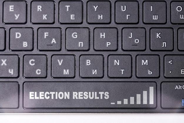 Wyniki wyborów politycznych na czarnej klawiaturze