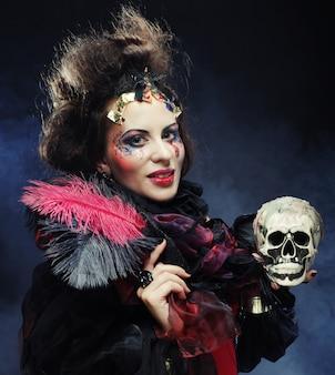 Wyobraź sobie piękną kobietę z czaszką.