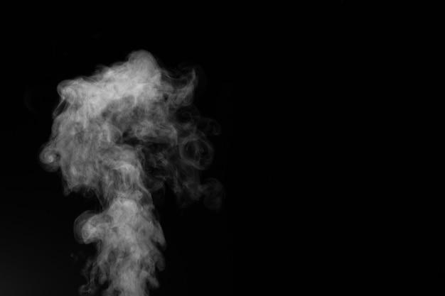 Wyobrażony dym na ciemnym tle.