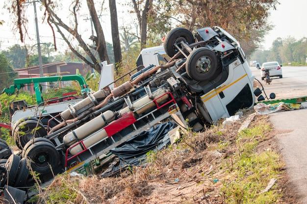 Wypadek ciężarówki. ciężarówka leży na drodze po incydencie.