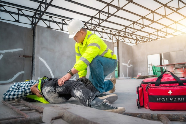 Wypadek na budowie. urazy fizyczne przy pracy robotnika budowlanego. pierwsza pomoc pomóż pracownikowi budowlanemu, który uległ wypadkowi na budowie. pierwsza pomoc pomoc w wypadku przy pracach budowlanych.