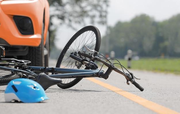 Wypadek rowerowy na drodze