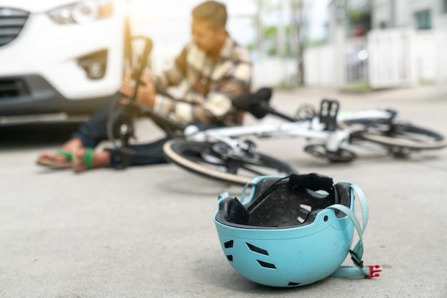 Wypadek samochodowy kraksa z bicyklem na drodze