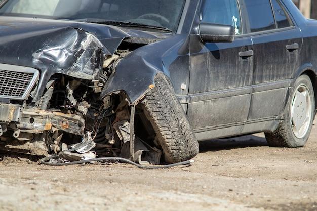 Wypadek samochodowy na drodze.