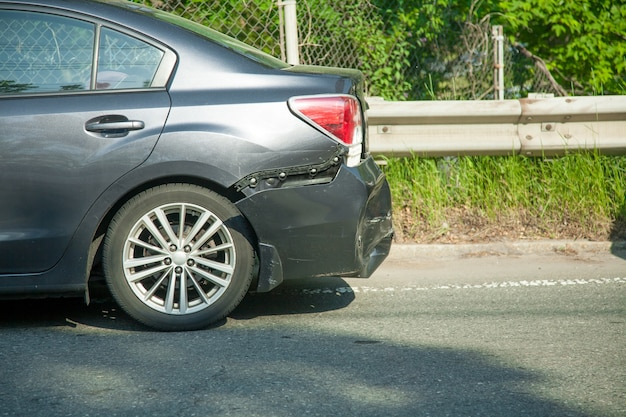 Wypadek samochodowy na ulicy czekać na ubezpieczenie.