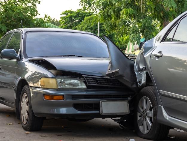 Wypadek samochodowy na ulicy z wrakami i uszkodzonymi samochodami.