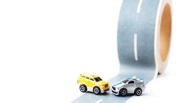 Wypadek samochodowy na wyboistej drodze.