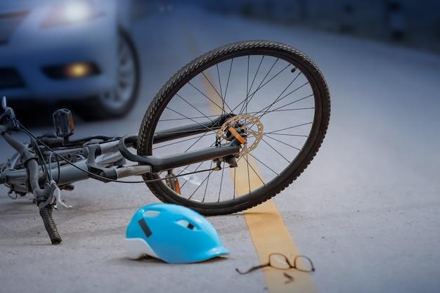 Wypadek samochodowy z rowerem na drodze, w nocy