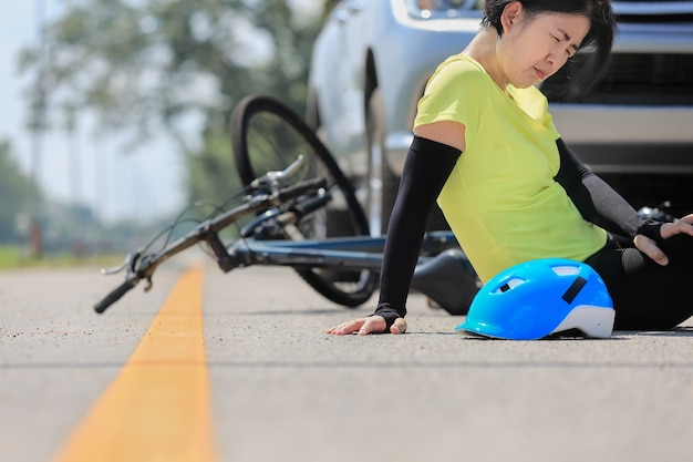 Wypadek samochodowy z rowerem na drodze