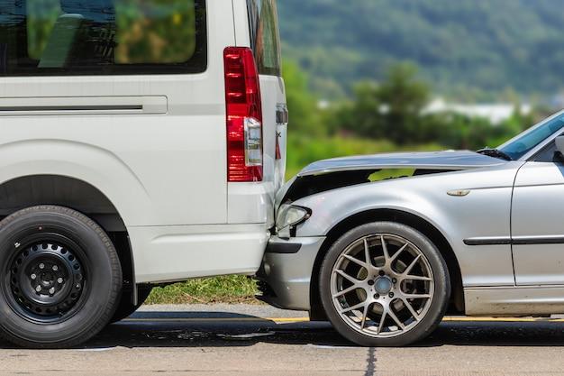 Wypadek samochodowy z udziałem dwóch samochodów na drodze