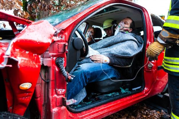 Wypadek, straż pożarna ratuje ofiarę samochodu