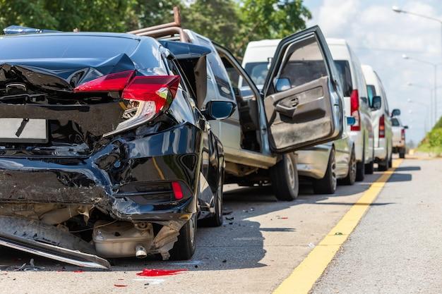 Wypadek z udziałem wielu samochodów na drodze
