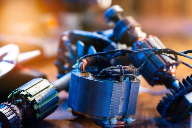 Wypalanie przewodów na detalach urządzenia elektrycznego na drewnianym stole w warsztacie