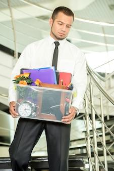 Wypalony biznesmen spakował swoje torby i opuścił biuro.