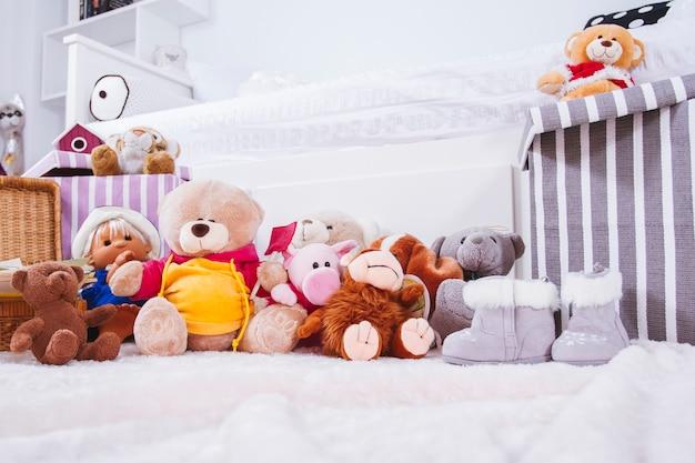 Wypchane zabawki zwierzęce w pokoju wewnętrznym