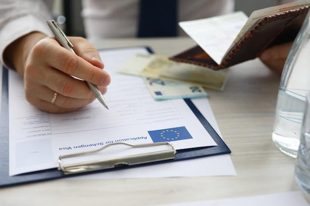 Wypełniający formularz biznesmena