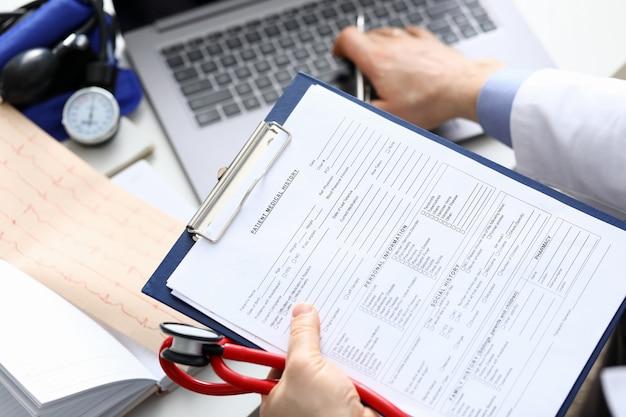 Wypełnianie historii choroby pacjenta, danych osobowych.