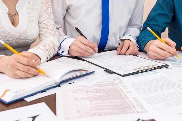 Wypełnienie formularza 1040 z pomocą doradców w biurze