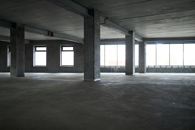 Wypełnienie podłogi wylewką betonową i wyrównanie podłogi