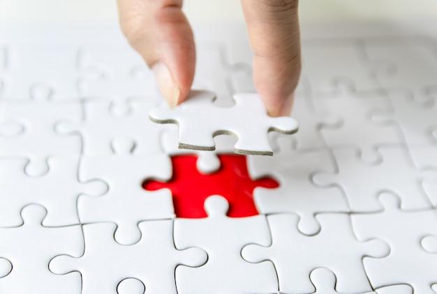 Wypełnij brakujący fragment fragmentu białej układanki, aby odnieść sukces