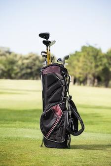 Wypełniona torba golfowa z kijem golfowym