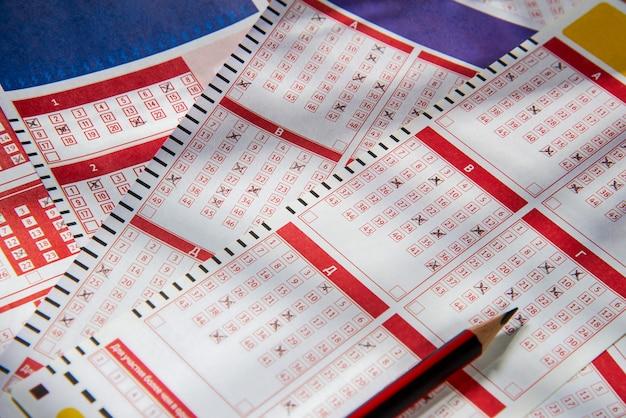 Wypełnione kupony na loterię z bliska, gra w loterię lub bingo ma szansę na wygranie jackpota