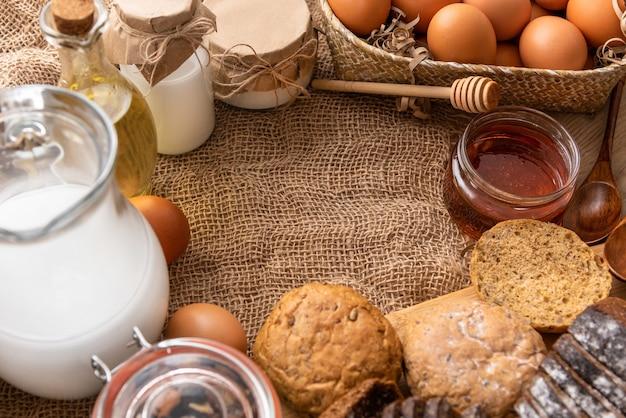 Wypiekanie domowego chleba z naturalnych produktów z kopią miejsca.