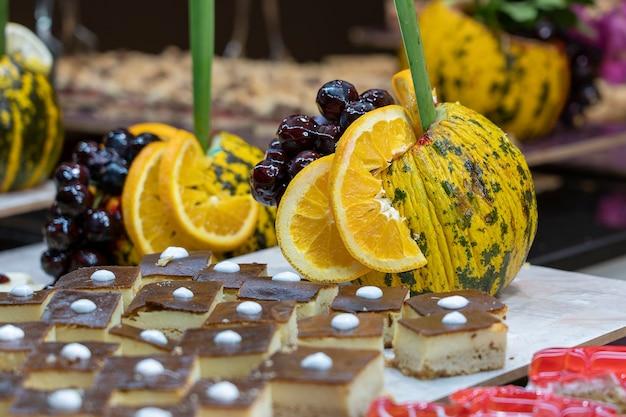 Wypieki, słodki deser i dekorowane owoce w jadalni hotelu turystycznego, z bliska. indyk