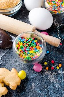Wypiekowy wielkanocny tło z ciastem i składnikami