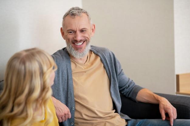 Wypoczynek. ojciec i córka spędzają razem czas i dyskutują o czymś