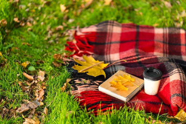 Wypoczynek z ciepłym kocem i filiżanką kawy