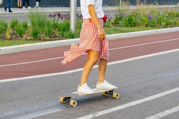 Wypoczywający ludzie w mieście. sport i zajęcia na świeżym powietrzu na ulicach moskwy. ścieżka rowerowa, skate i bieg w moskwie