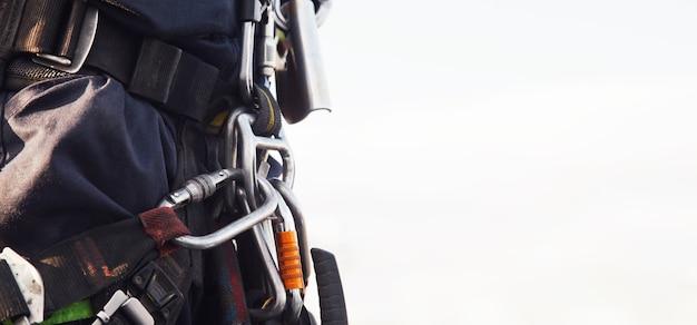 Wyposażenie alpinisty przemysłowego na dachu budynku podczas przemysłowych prac wysokościowych. sprzęt do wspinaczki przed rozpoczęciem pracy. dostęp dla robotników linowych. koncepcja prac urbanistycznych. skopiuj miejsce