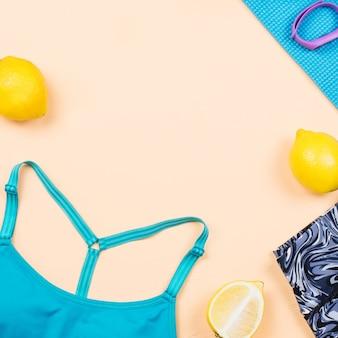 Wyposażenie fitness. kobieta treningu akcesoria i ubrania płaskie świeckich. widok z góry, tło fitness