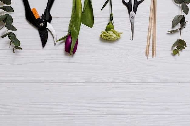 Wyposażenie kwiaciarstwo na stole