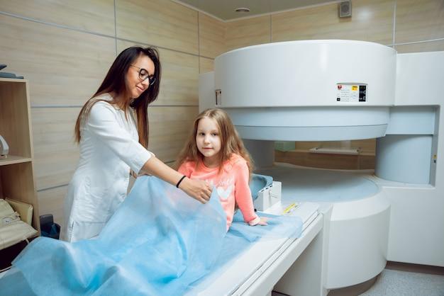 Wyposażenie medyczne. lekarz i pacjent w pokoju mri