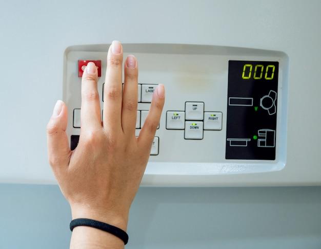 Wyposażenie medyczne. lekarz w pokoju mri w szpitalu