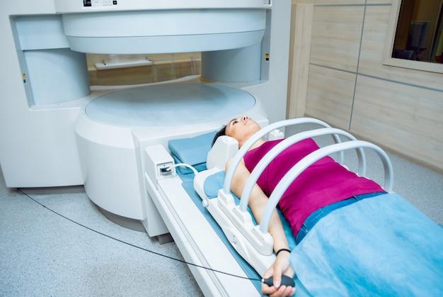 Wyposażenie medyczne. pacjent w pokoju mri w szpitalu