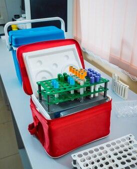 Wyposażenie medyczne. tuby i pojemniki. lekkie tło medyczne.