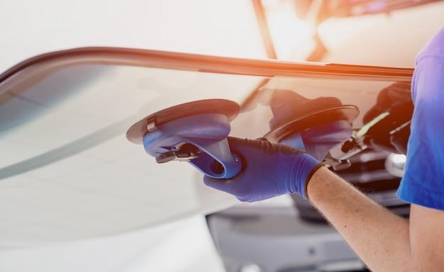 Wyposażenie szklenia samochodowego do wymiany szyby przedniej. w garażu stacji serwisowej.