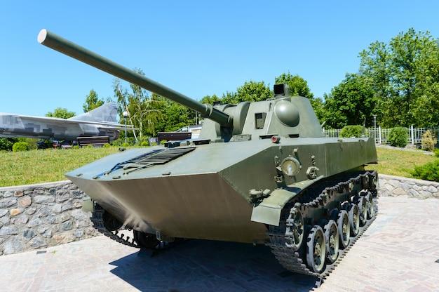 Wyposażenie wojskowe. stary czołg. pomnik w parku.