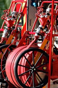 Wyposażenie wozu strażackiego na ulicy